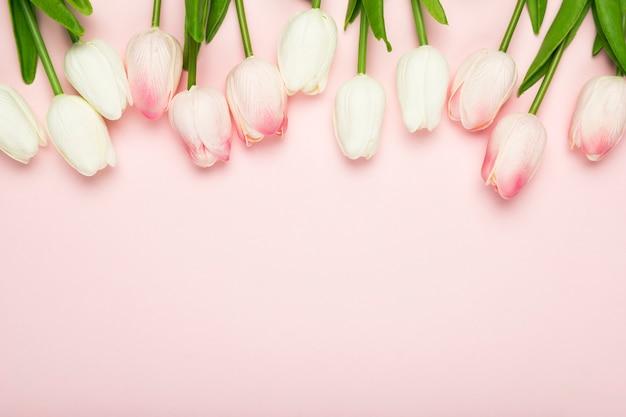 Tulipas de flor alinhadas na mesa