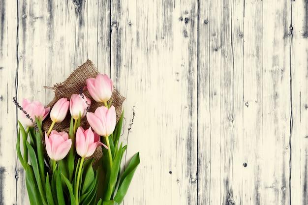 Tulipas de primavera em fundo madeira
