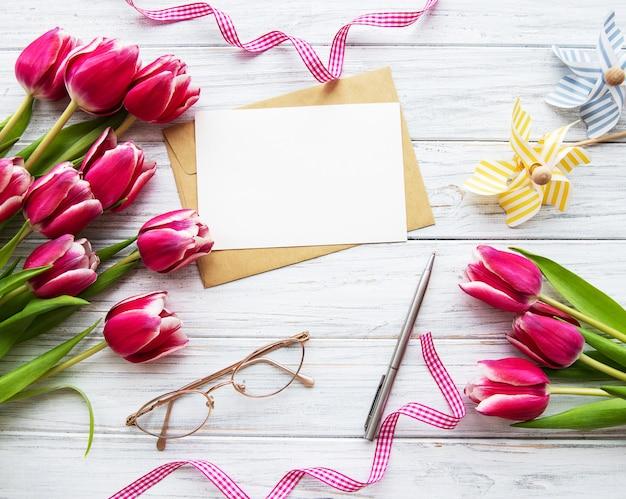 Tulipas de primavera rosa e cartão
