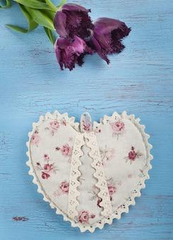 Tulipas e coração na madeira azul
