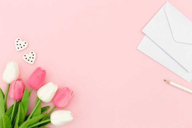 Tulipas e envelope com espaço de cópia