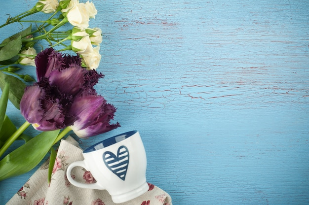 Tulipas e taça em madeira azul