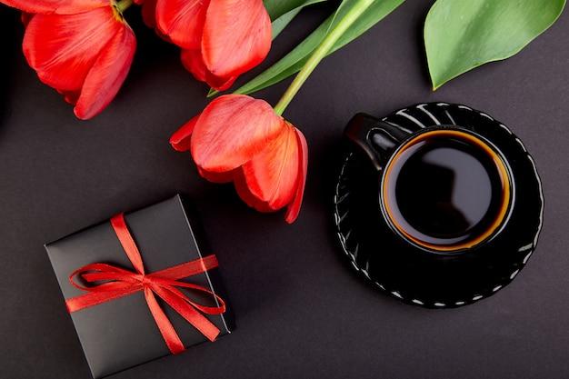 Tulipas e xícara de café vermelho buquê