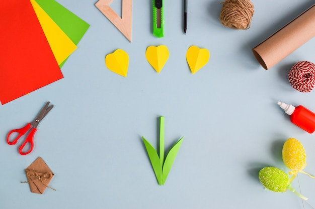 Tulipas feitas de papel colorido