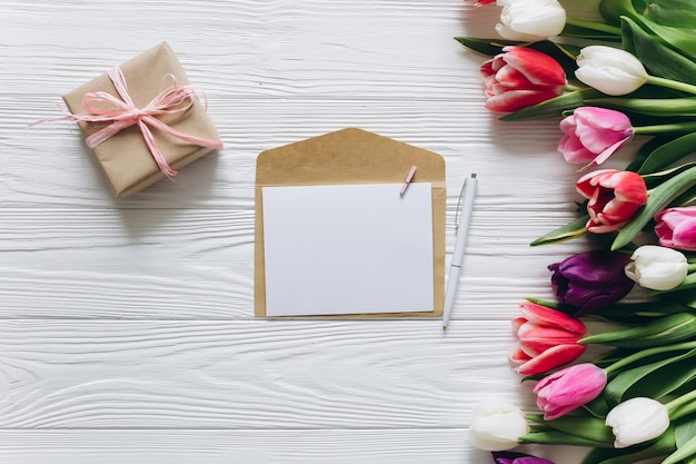 Tulipas frescas, presentes e cartão postal com espaço para cópia. conceito do dia das mães, vista superior.
