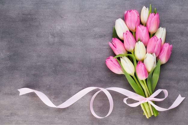 Tulipas rosa, presentes em cinza