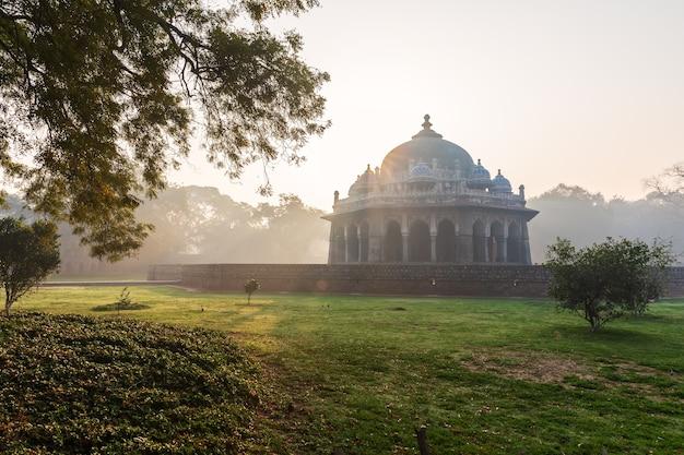 Tumba de isa khan, manhã misteriosa na índia, delhi.