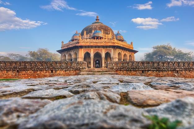 Tumba de isa khan perto da tumba de humayun na índia, new dehli.