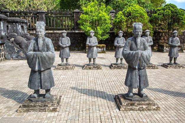 Tumba de khai dinh com guarda de honra manadarin em hue, vietnã