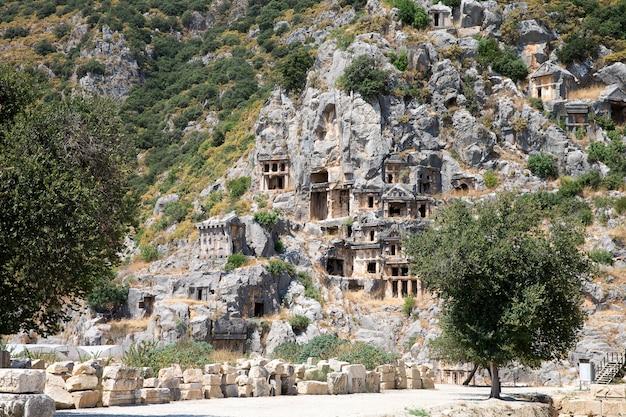 Tumbas antigas escavadas na rocha em myra, demre, turquia