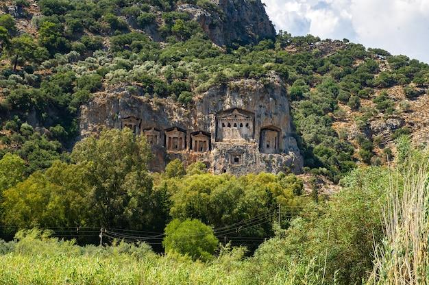 Tumbas da lícia famosas da antiga cidade de caunos, dalyan, turquia