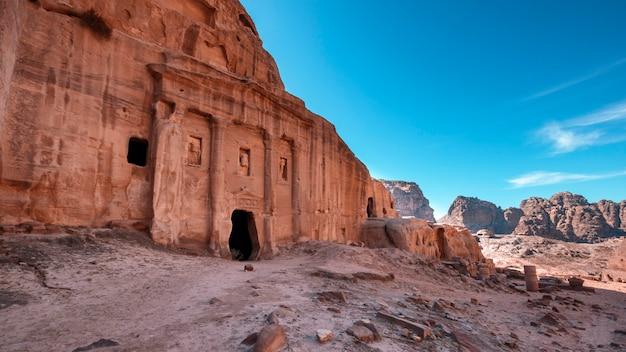 Túmulo antigo com colunas na antiga cidade de petra, na jordânia nas rochas