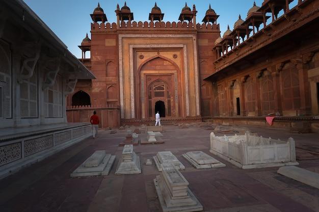 Túmulo de pedra muçulmano em fatehpur sikri. índia. o pátio interno do forte. um pátio ao ar livre na antiga cidade mughal de fatehpur
