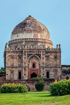 Túmulo de sheesh gumbad no parque da cidade de lodi gardens em delhi, índia