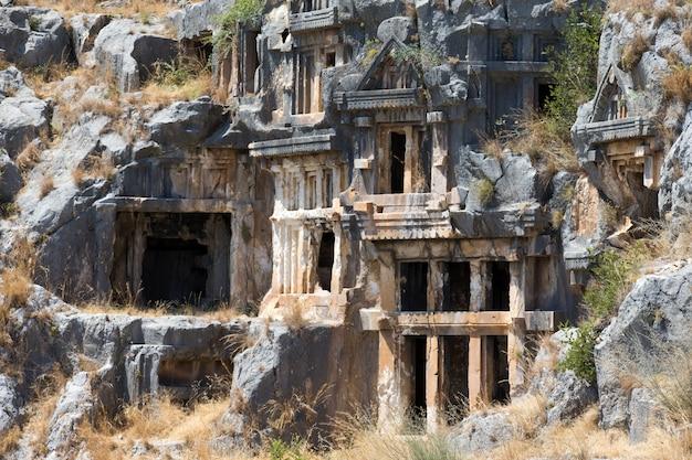 Túmulos antigos de pedra cortada em myra, demre, turquia