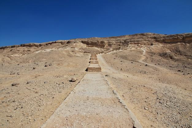 Túmulos dos faraós em amarna nas margens do nilo, egito