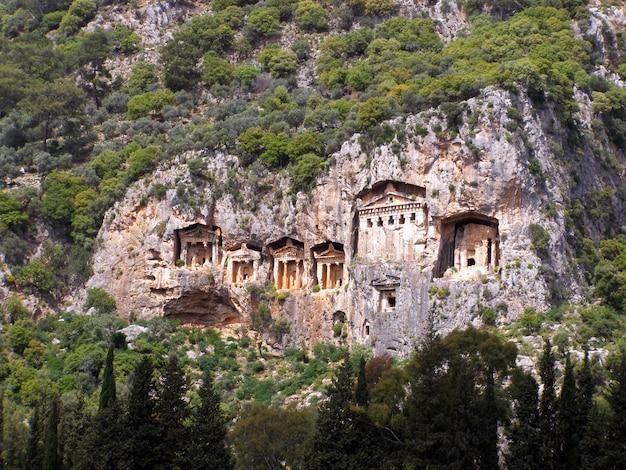 Túmulos famosos de lycian da cidade antiga de caunos, dalyan, turquia