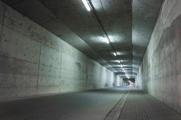 Túnel abandonado com paredes danificadas