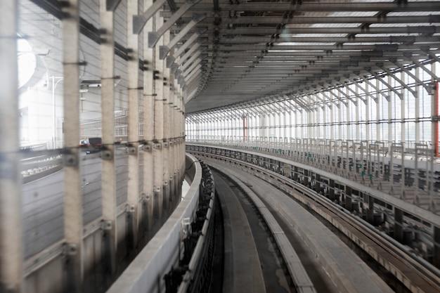 Túnel com ferrovias em tóquio. perspectiva.