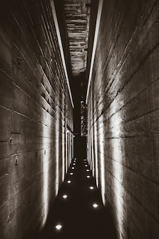 Túnel escuro em um bunker