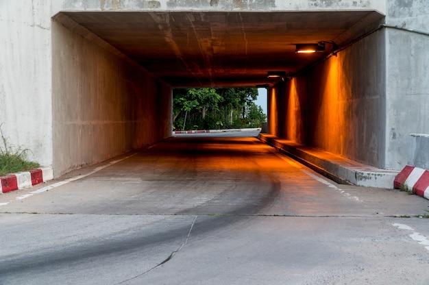 Túnel sob a ponte com luz laranja