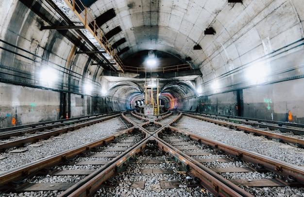 Túnel subterrâneo e a estrada de ferro na cidade de nova york