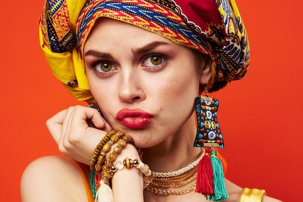 Turbante de lábios vermelhos de mulher atraente em emoções de maquiagem de decoração de cabeça