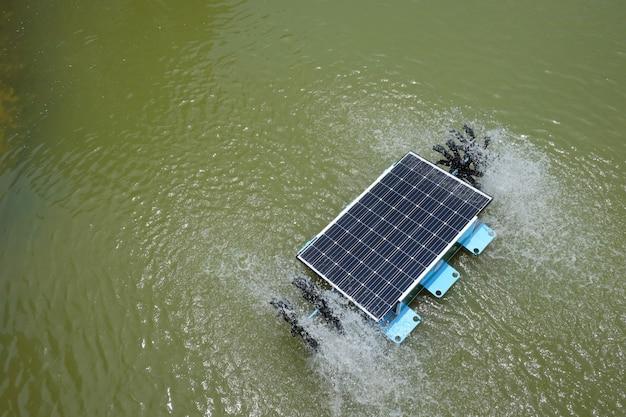 Turbina de água solar na lagoa.