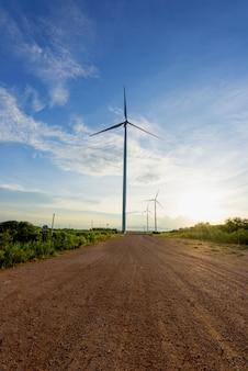 Turbina de vento contra o céu