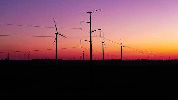 Turbina de vento contra o crepúsculo
