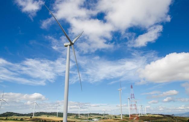 Turbina de vento de eletricidade na colina