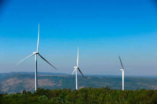 Turbina de vento para energia alternativa no fundo do céu