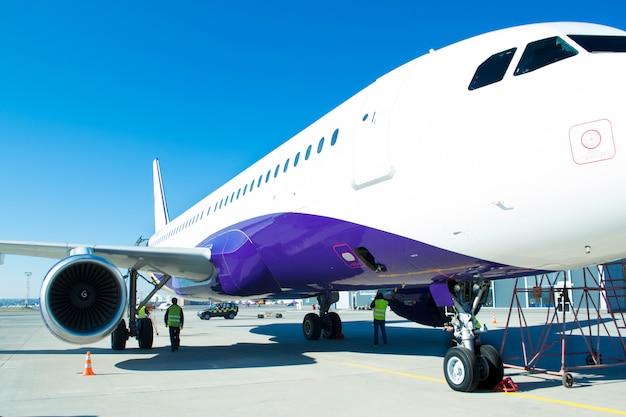 Turbina do avião comercial grande que espera a partida no aeroporto.