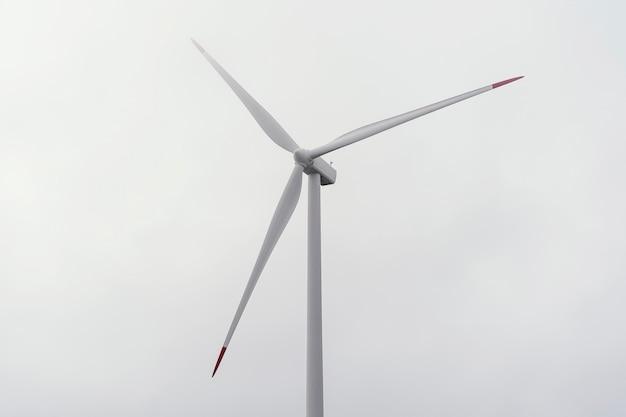 Turbina eólica contra céu nublado