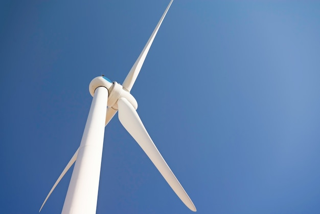 Turbina eólica contra um céu azul