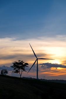 Turbina eólica e lindo céu