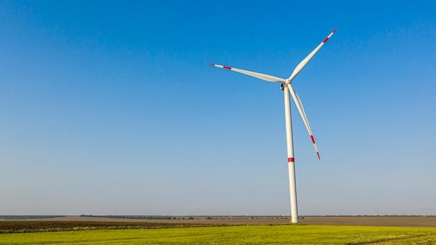 Turbina eólica em um campo verde