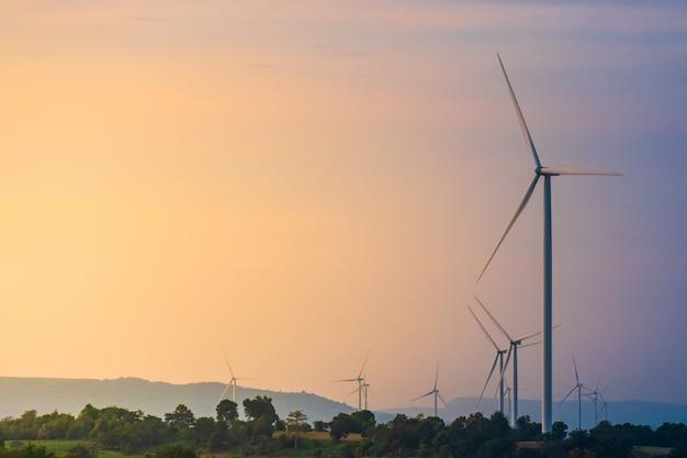 Turbina eólica localizada ao longo da colina com o vento soprando o tempo todo.