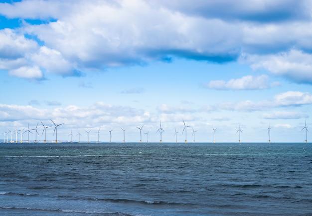 Turbina eólica marítima em um parque eólico em construção ao largo da costa da inglaterra