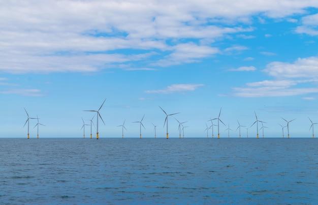 Turbina eólica marítima em um parque eólico em construção na costa da inglaterra