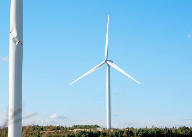 Turbina eólica no campo contra o céu azul em um dia ensolarado