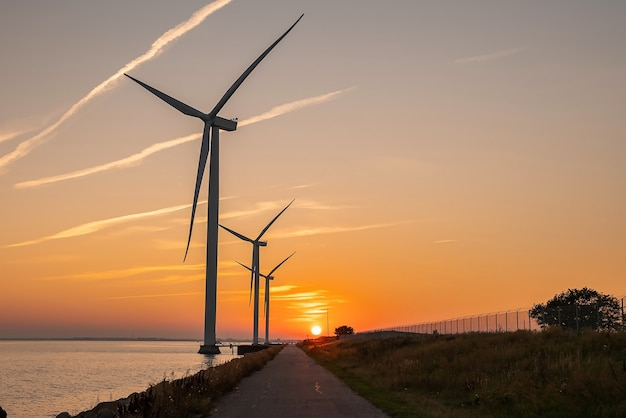 Turbinas eólicas ao pôr do sol geração de energia ecológica verde