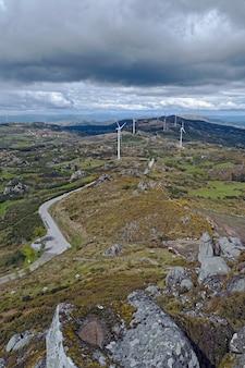 Turbinas eólicas brancas em um grande gramado