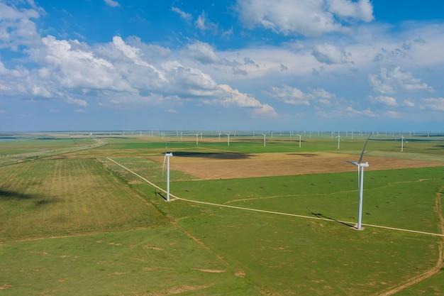 Turbinas eólicas de muitos moinhos de vento de energia renovável um campo no sudeste do texas, nos eua