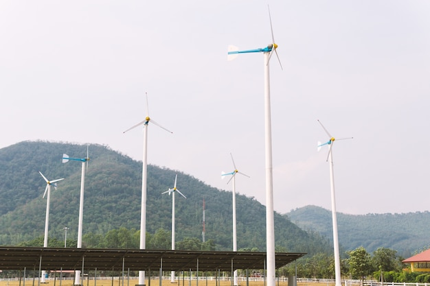 Turbinas eólicas e eletricidade de células solares na usina.