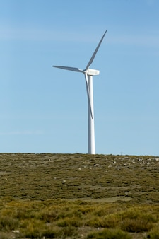 Turbinas eólicas em uma divisão montanhosa produzindo eletricidade pela força do vento