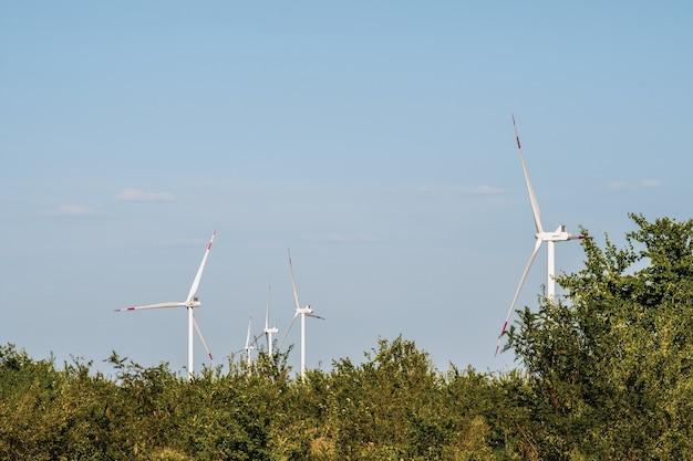 Turbinas eólicas em uma paisagem árida. uma forma alternativa de gerar eletricidade a partir do vento. tecnologias inovadoras para o futuro com emissões zero. copie o espaço.