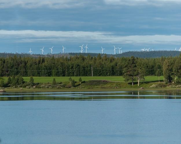 Turbinas eólicas, floresta verde e lago, blattnicksele, suécia