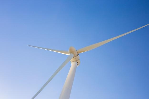 Turbinas eólicas gerando eletricidade com céu azul - conceito de conservação de energia.