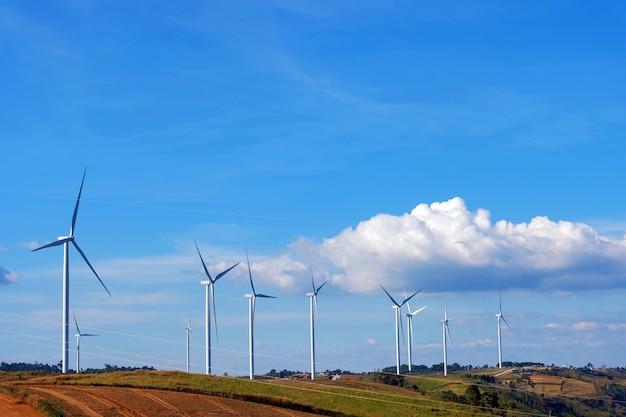 Turbinas eólicas na bela paisagem ensolarada de outono montanha
